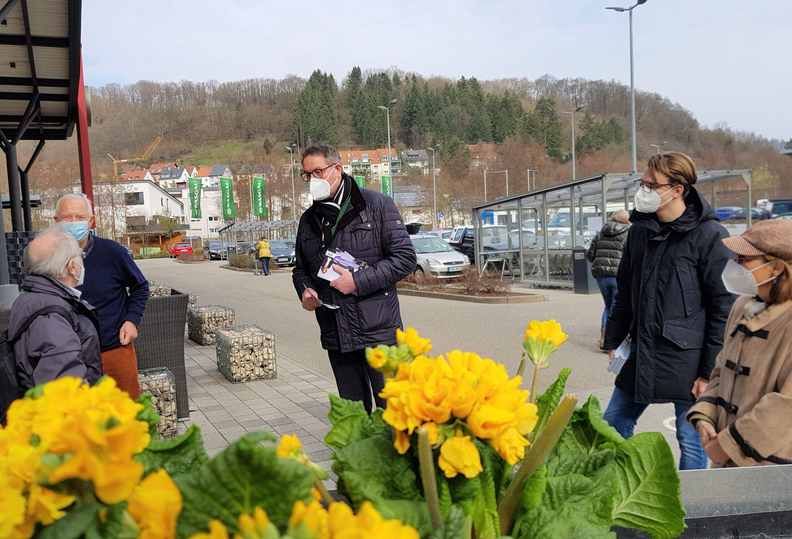 SPD-Direktkandidat Alexander SchweitzerGespräche in frischer Luft mit Abstand und Maske