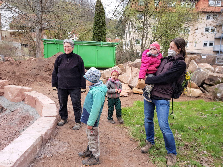 Generationen-Projekt Ambert Park.Pflanzaktion mit ehrenamtlichen Helfern
