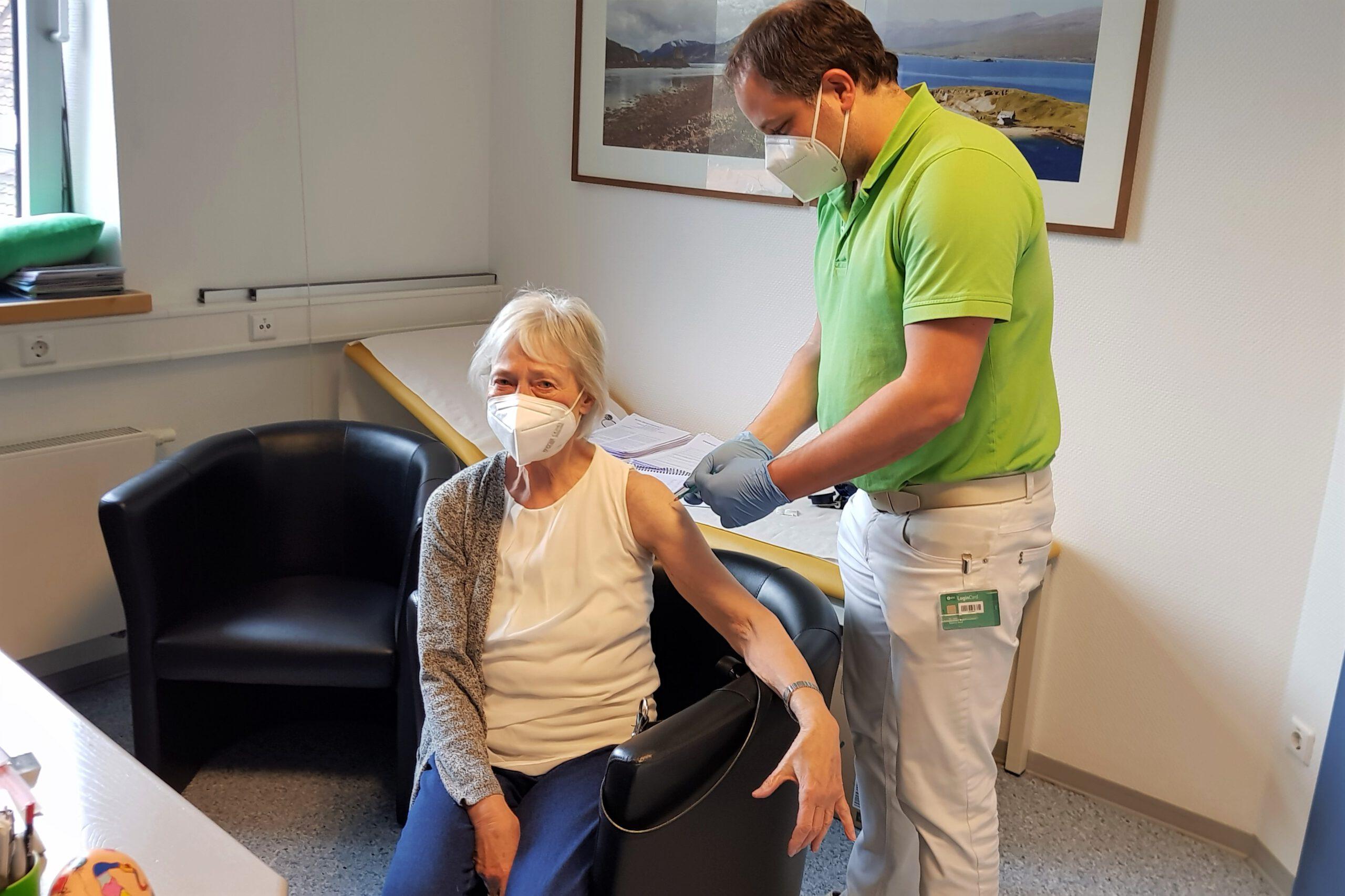 Corona. Impfkampagne in den Hausarzt-Praxen angelaufen. Bestellte Impfdosen ausgeliefert. Die ersten Patienten geimpft.