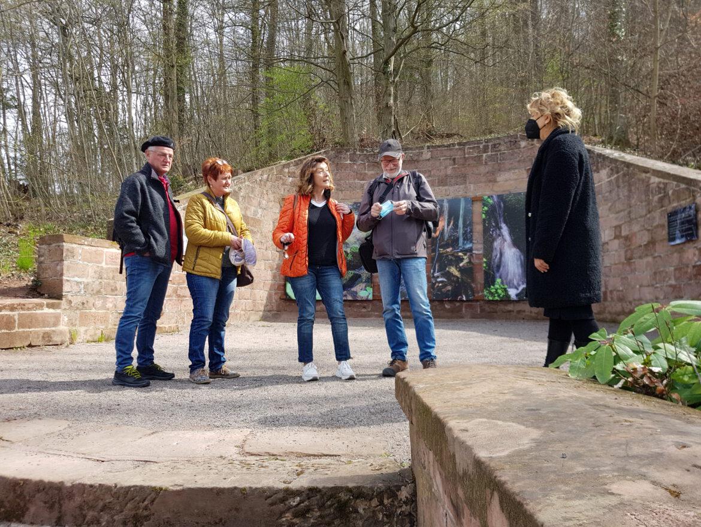 Besucher in Annweiler.Gästeführung in der Waldgalerie