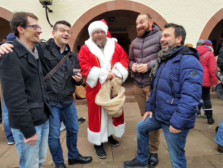 Gut besuchter Weihnachtsmarkt auf dem Annweiler Rathausplatz. Adventliche Stimmung in der historischen Altstadt