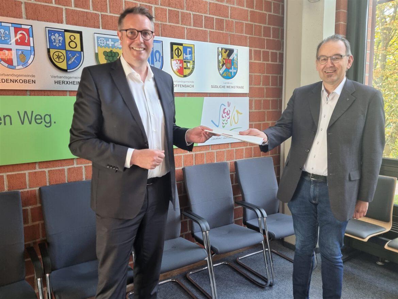 Superschnelles Internet für Gewerbegebiete in SÜW. Minister Schweitzer übergibt Förderbescheid an Landkreis